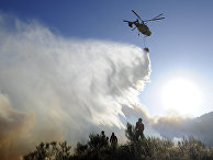 Вертолет КА-32А во время тушения лесных пожаров в Португалии
