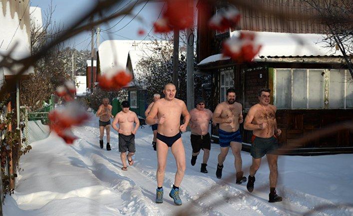 """Любители зимнего плавания из клуба моржей """"Белый Медведь"""" во время пробежки перед купанием в проруби"""