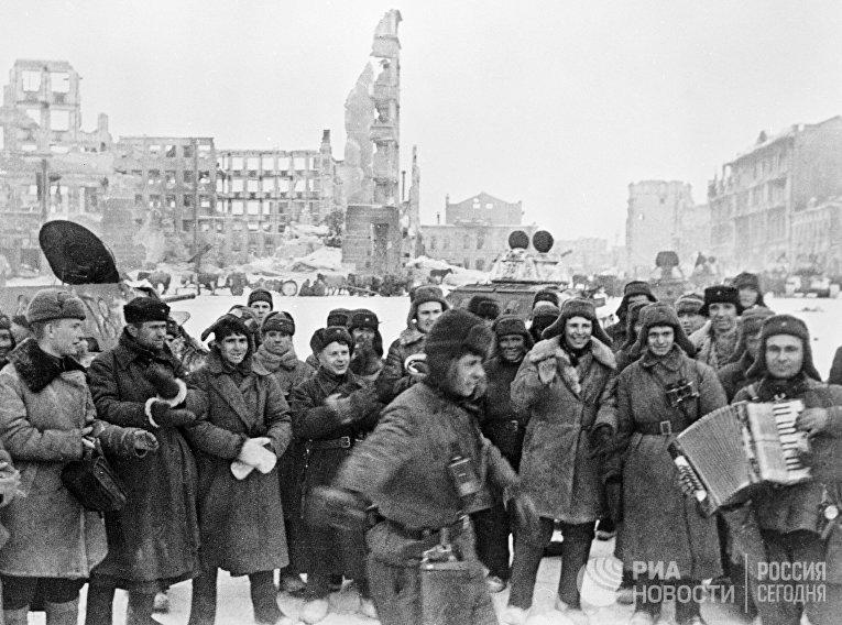 Солдаты празднуют победу в Сталинградской битве
