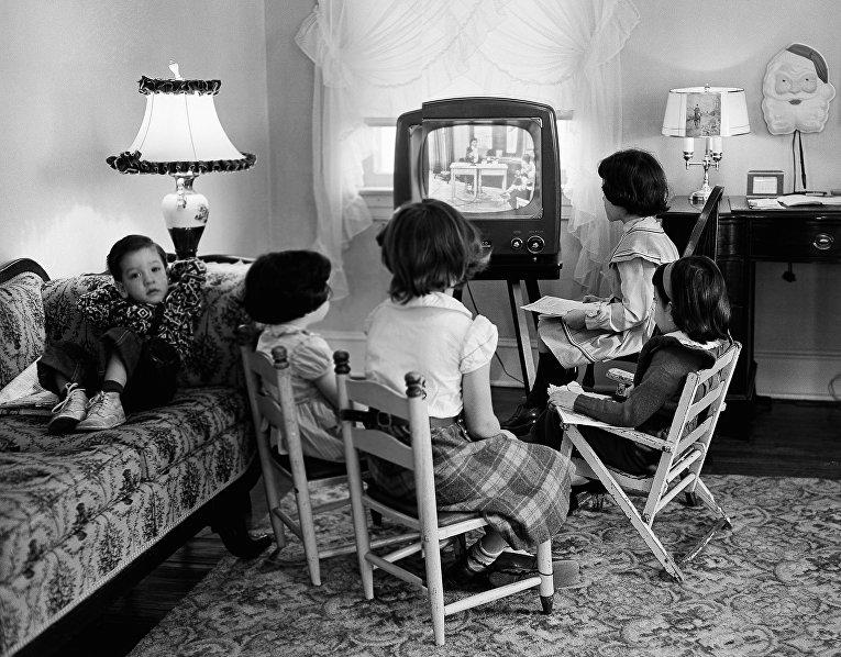 Дети смотрят телевизор в Балтиморе, 1953 год