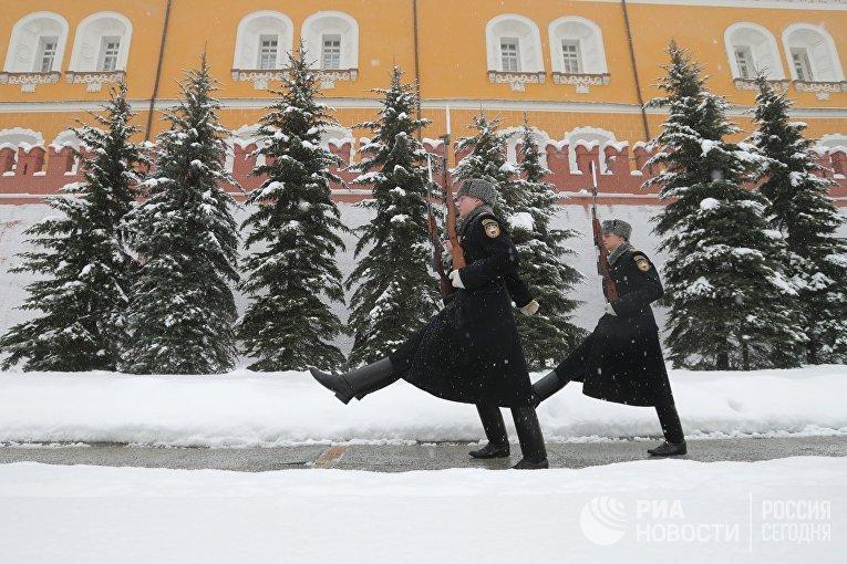 Военнослужащие роты почётного караула Президентского полка РФ у стен Московского Кремля