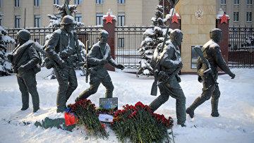 Цветы в память о погибшем летчике Р. Филипове у здания Минобороны РФ