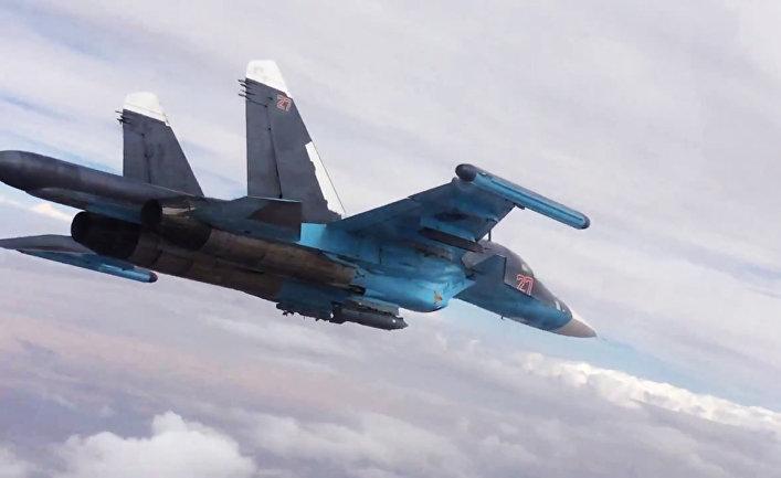 Истребитель-бомбардировщик Су-34 во время нанесения авиаударов в провинциях Ракка и Алеппо