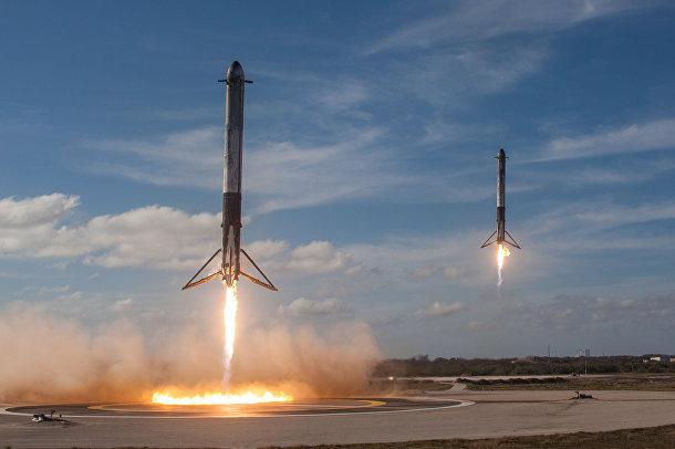 Ракеты-носители Falcon возвращаются для посадки в космическом центре Кеннеди