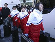 Женская команда Северной Кореи по хоккею прибывает в Пхаджу