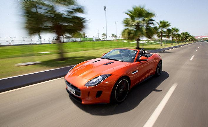 Автомобиль марки Jaguar на дороге в ОАЭ