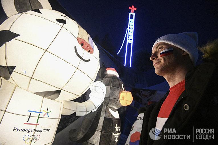 Болельщик возле Олимпийского стадиона, в котором будет проходить церемония открытия Олимпиады
