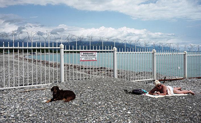 Забор на границе России и Абхазии в Сочи