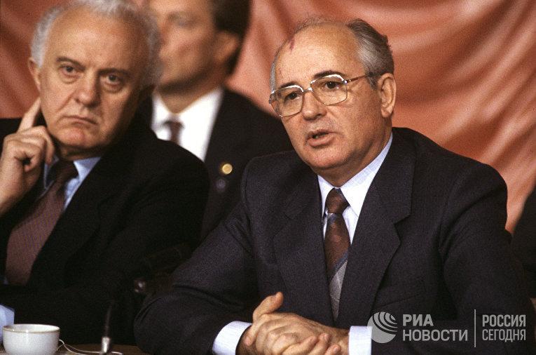 Михаил Горбачев и Эдуард Шеварднадзе на пресс-конференции в Вашингтоне.