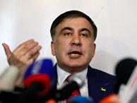 Михаил Саакашвили выступает на пресс-конференции в Варшаве