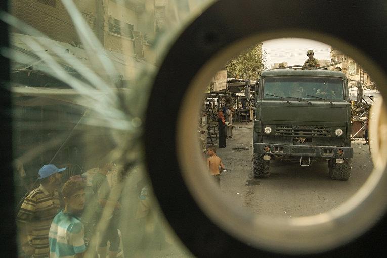 Группа журналистов в сопровождении российских солдат в городе Дейр-эз-Зор в Сирии