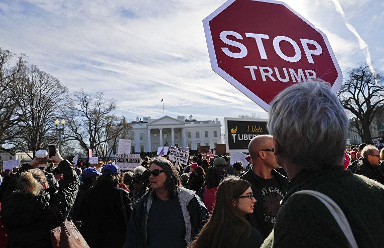 Акция протеста перед Белым домом в Вашингтоне