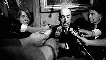 Чилийский поэт Пабло Неруда дает интервью в Париже