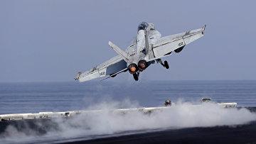 Истребитель ВМС США взлетает с палубы авианосца США «Дуайта Д. Эйзенхауэра» в Персидском заливе