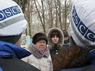 Местные жители разговаривают с наблюдателями ОБСЕ в Авдеевке
