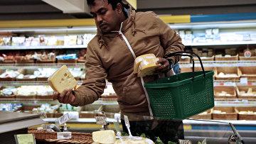 Покупатель в продуктовом магазине в Минске, Беларусь