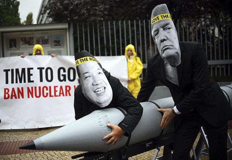 Активисты ICAN выступают против ядерного конфликта между США и Северной Кореей. Берлин, Германия