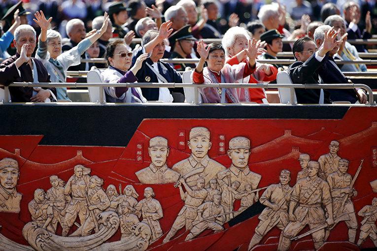 Ветераны приветстуют зрителеей во время парада на площади Тяньаньмэнь в Пекине, посвященного победе в Японо-китайской войне