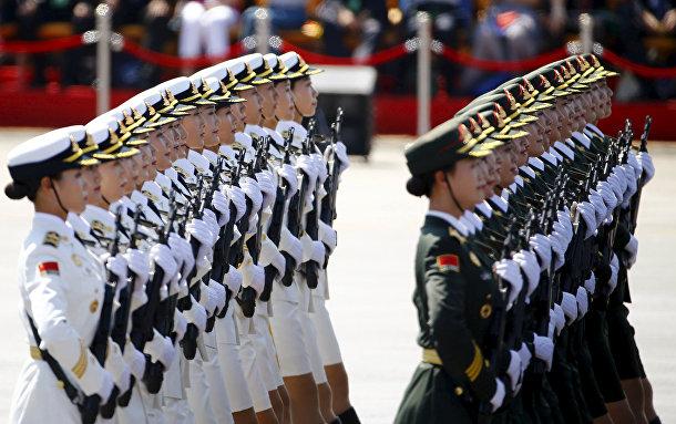 Женщины-солдаты Народно-освободительной армии Китая во время парада на площади Тяньаньмэнь в Пекине