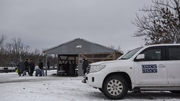 """Автомобиль миссии ОБСЕ в районе временного пункта пропуска """"Станица Луганская"""" между Украиной и Луганской народной республикой"""