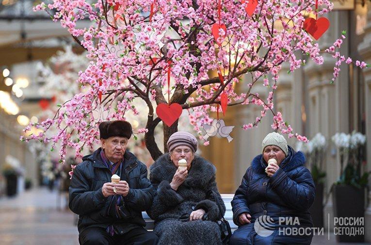Посетители в торговом центре ГУМ в Москве