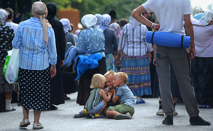 Участники Всеукраинского крестного хода мира, любви и молитвы за Украину, заблокированного в Киевской области. Июль 2016 года