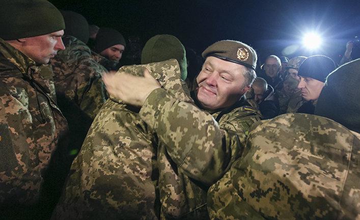 Президент Украины Петр Порошенко приветствует освобожденных украинских пленных