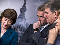 Сенаторы во время пресс-конференции в Капитолии в Вашингтоне