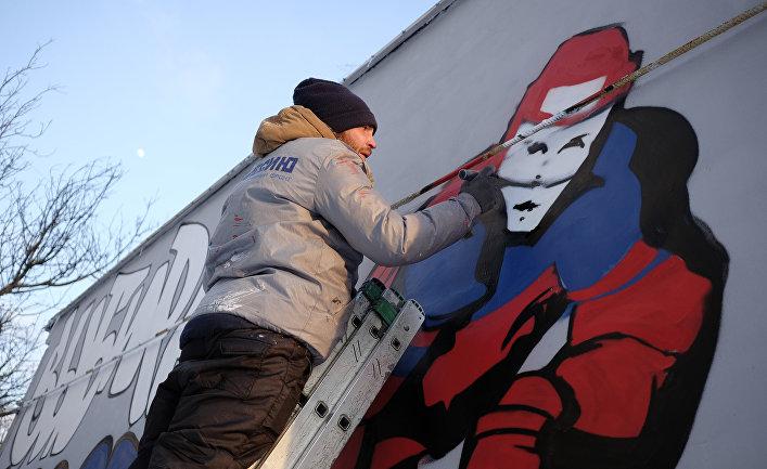 Cтрит-художники Денис и Игорь Федосенко рисуют граффити в честь победы российской сборной по хоккею