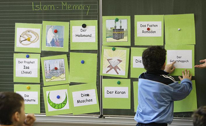 Школьник на занятии по истории ислама в школе в Штутгарте, Германия