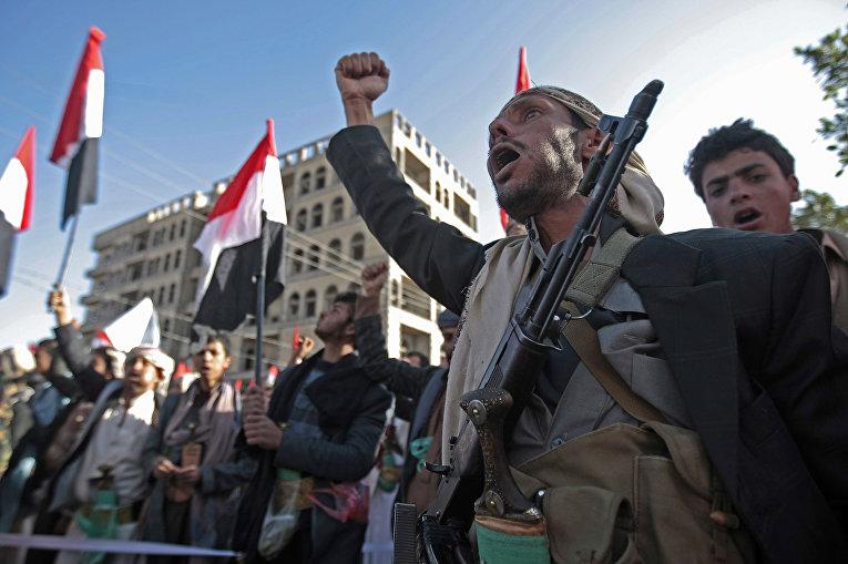 Сторонники Шиитских повстанцев Хутхи во время акции протеста в Сане, Йемен