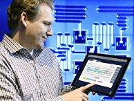 Сотрудник IBM Джей Гамбетта управляет квантовым компьютером с планшата в исследовательском центре в Йорктауне