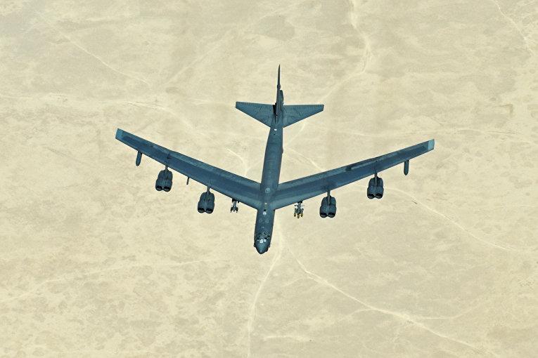 Американский стратегический бомбардировщик B-52 в небе над Сирией