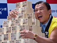 Японский комик обнимает 500 миллионов йен, предназначенных для разыгрыша в лотерее