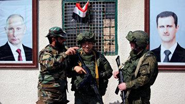 Сирийские и российские солдаты на блокпосту
