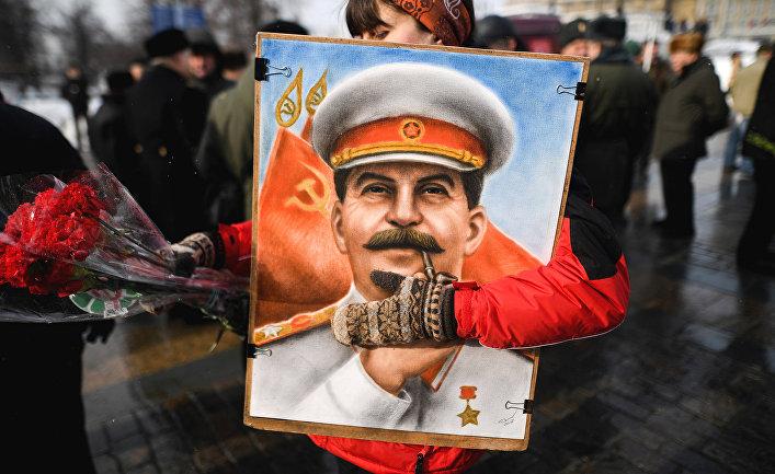 Женщина перед началом церемонии возложения цветов к могиле Иосифа Сталина