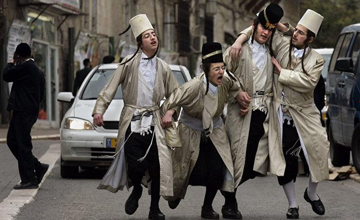 Ультраортодоксальные евреи во время праздника Пурим в Иерусалиме