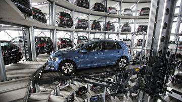 Башня доставки автомобилей на заводе немецкого автопроизводителя Volkswagen в Вольфсбурге, Германия