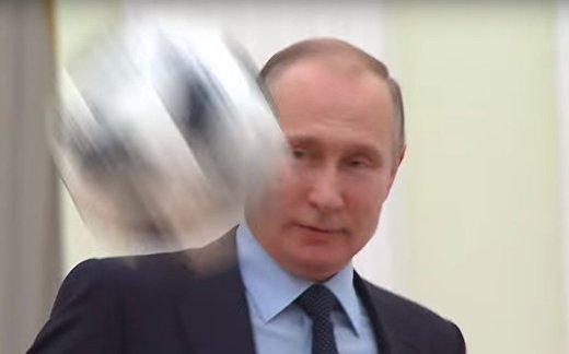 Путин играет в футбол