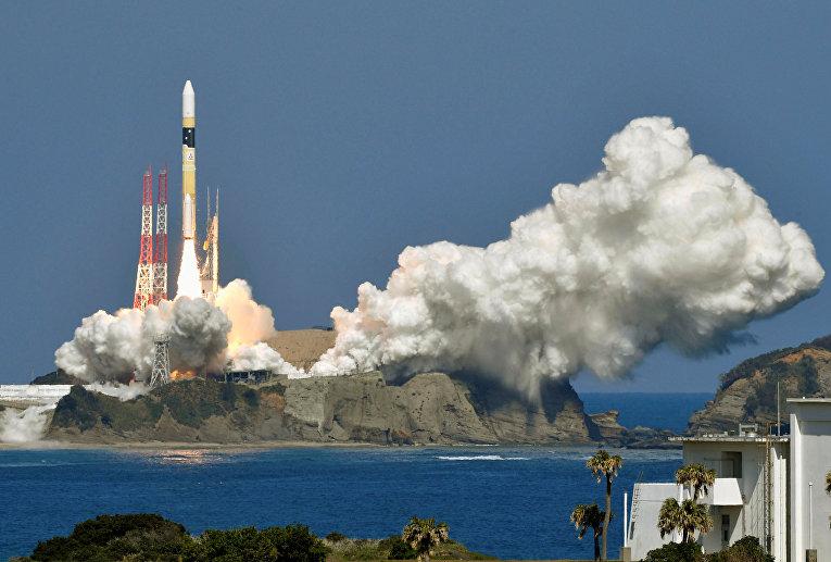 Взлет ракеты H-2A в космическом центре Танэгасима