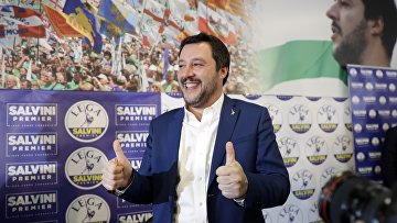 Маттео Сальвини изправой евроскептической партии «Лига Севера» напресс-конференции поитогам выборов