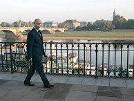 Президент России Владимир Путин во время утренней прогулки по набережной реки Эльба в Дрездене