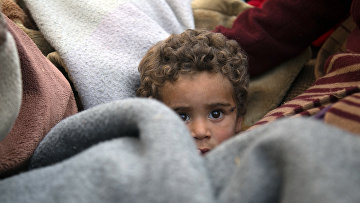 Ребенок в грузовике «Белых касок» покидает дом в городе Бейт-Сава, Сирия