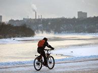 Молодой человек на велосипеде в парке Коломенское