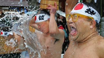 Добровольцы обливаются ледяной водой в Токио