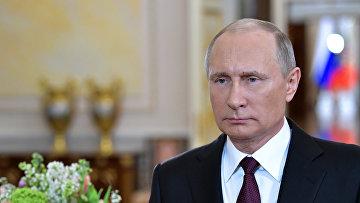 Президент РФ Владимир Путин поздравил российских женщин с праздником
