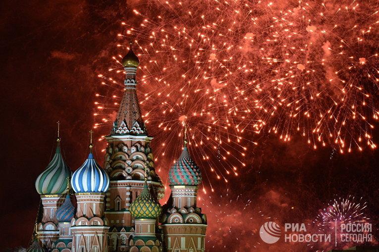 Салют во время встречи Нового Года на Красной площади. 2014 год
