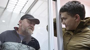 Народный депутат Надежда Савченко беседует с Владимиром Рубаном