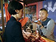 Общение при помощи голосового переводчика от Google в Париже