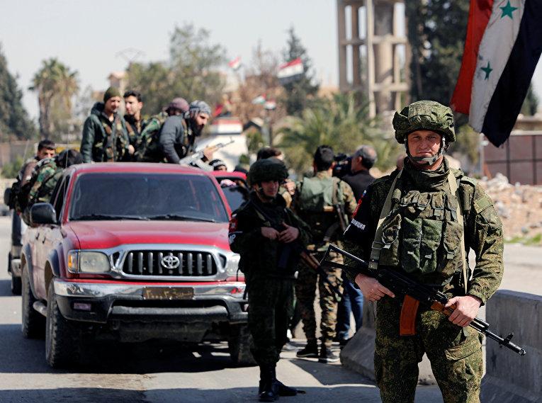 Российские и сирийские военные на контрольно-пропускном пункте в Дамаске